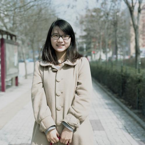 Estella. Mensch feminin Junge Frau Jugendliche 1 Peking Stadt Stadtzentrum atmen festhalten Lächeln stehen warten schön Stimmung Zufriedenheit Lebensfreude