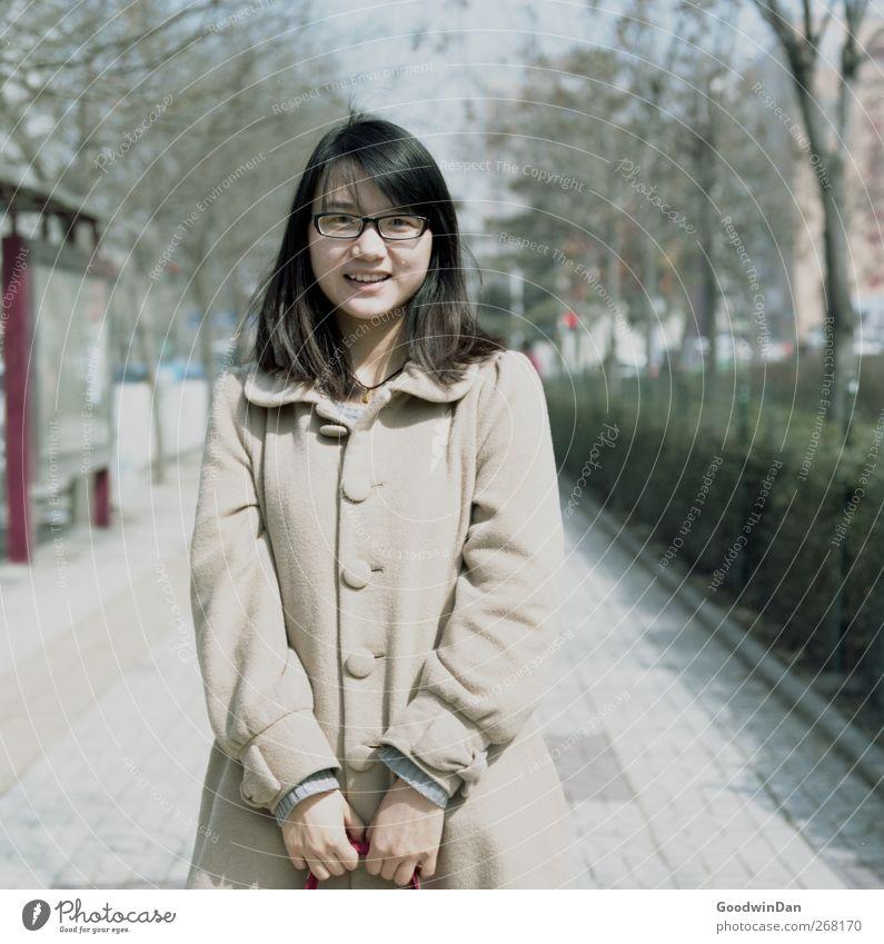 Estella. Mensch Jugendliche Stadt schön feminin Stimmung Zufriedenheit warten Junge Frau stehen Lächeln festhalten Lebensfreude Stadtzentrum atmen Peking