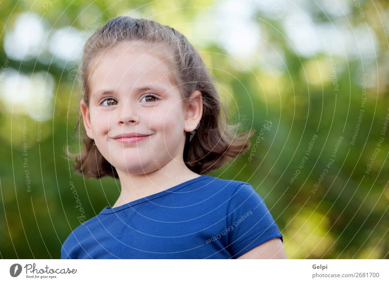 Süßes kleines Mädchen auf dem Park Lifestyle Freude Glück schön Gesicht Sommer Kind Mensch Frau Erwachsene Kindheit Natur Pflanze Blume blond Lächeln