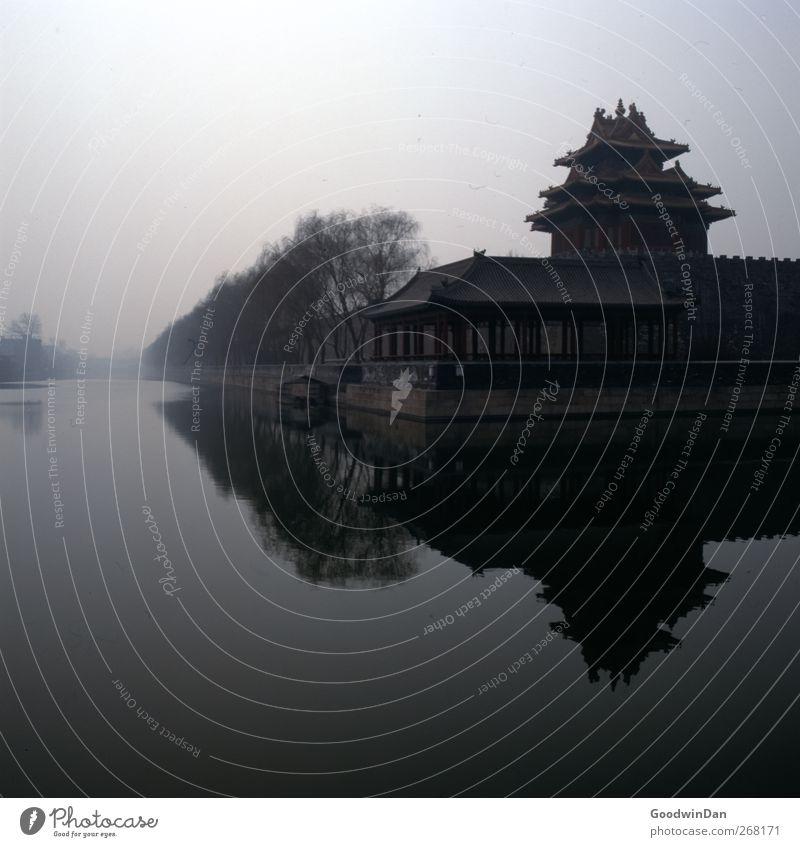 Forbidden City. Stadt Hauptstadt Stadtzentrum Stadtrand Haus Fassade Sehenswürdigkeit Wahrzeichen Denkmal Verbotene Stadt dunkel groß kalt Stimmung Farbfoto