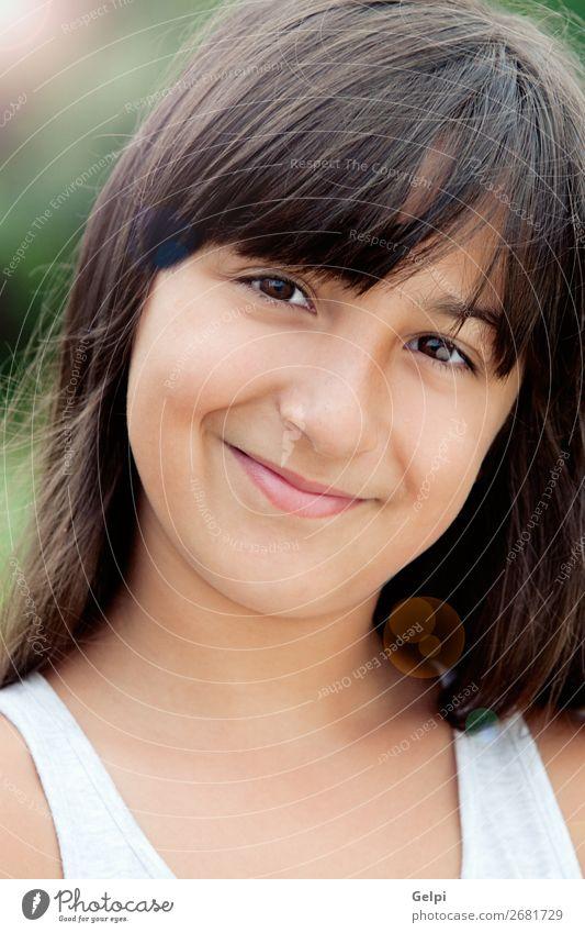 Kleines Mädchen mit einem schönen Lächeln Lifestyle Freude Glück Gesicht Leben Kind Mensch Frau Erwachsene Kindheit Mund brünett Fröhlichkeit klein niedlich