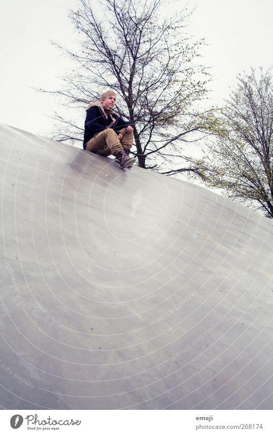 steil maskulin Junger Mann Jugendliche 1 Mensch 18-30 Jahre Erwachsene Baum trist grau Beton sitzen Farbfoto Gedeckte Farben Außenaufnahme Textfreiraum unten