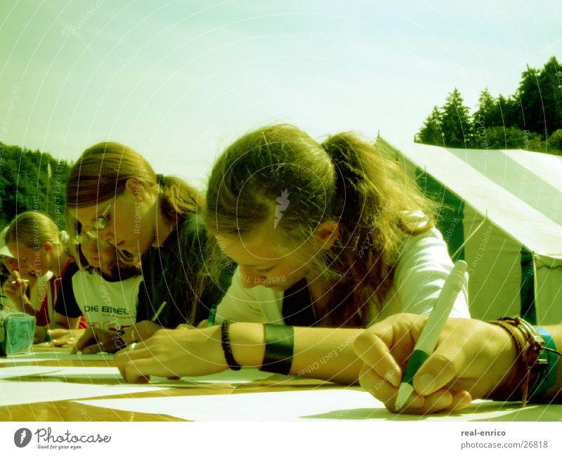 schreibende Teens Frau Jugendliche schön Tisch Schreibstift Kugelschreiber