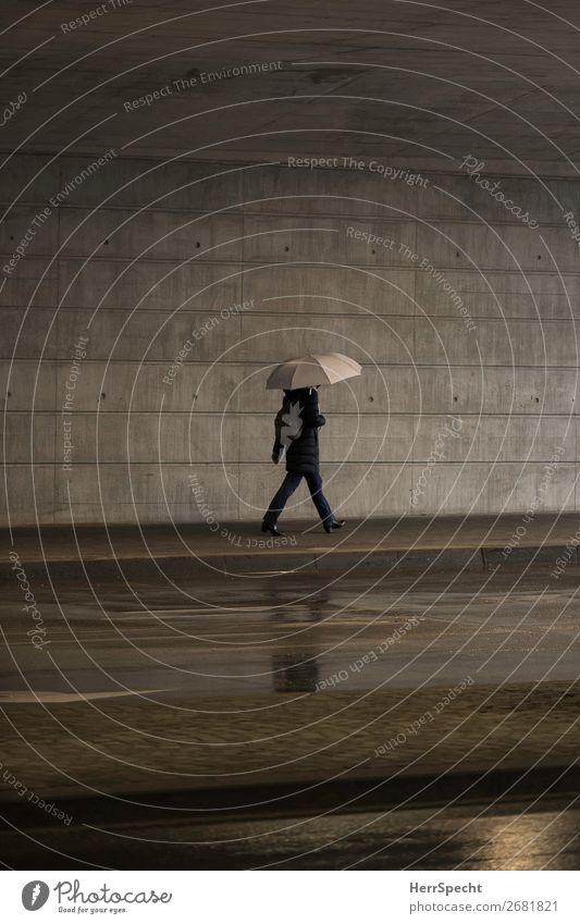 Indoor rain Mensch Erwachsene Körper 1 schlechtes Wetter Regen Stadt Bauwerk Mauer Wand Beton lustig grau Regenschirm gehen Fußgänger Fußgängerunterführung