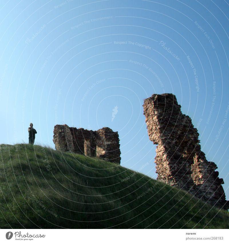 Mann alt Ferien & Urlaub & Reisen Erwachsene Architektur Stein Tourismus Ausflug Europa Hügel historisch Burg oder Schloss Verfall Ruine Wolkenloser Himmel