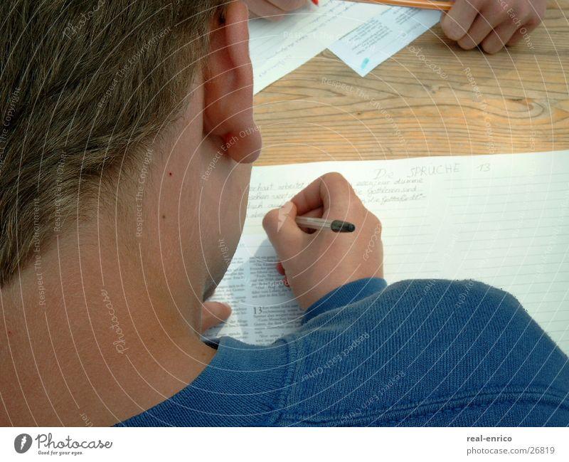 schreibender Junge Brief Schreibstift Blatt Kugelschreiber Mann