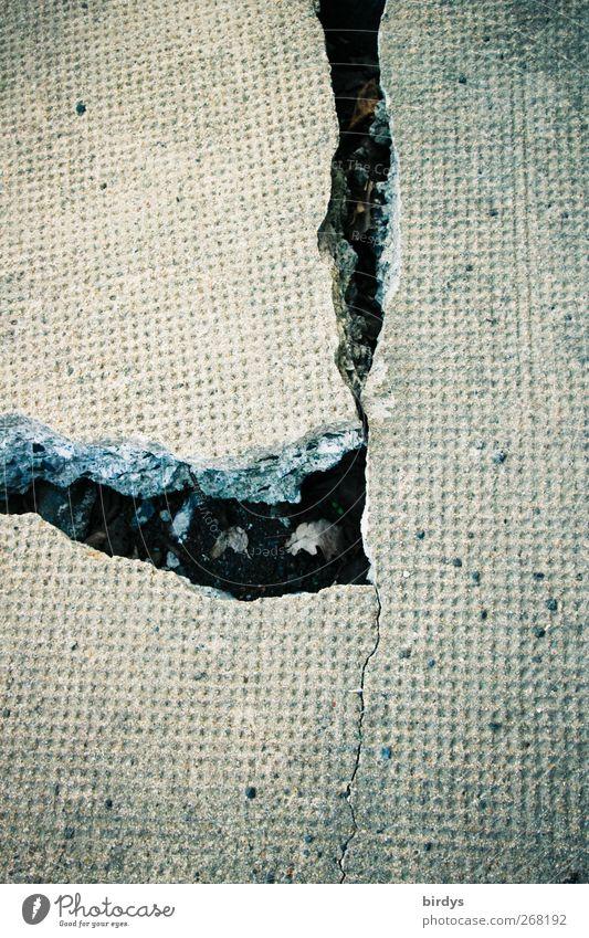 Stolperfalle Beton authentisch kaputt grau Wandel & Veränderung Zerstörung gerissen brechen hart porös Riss Betonplatte trist Farbfoto Gedeckte Farben