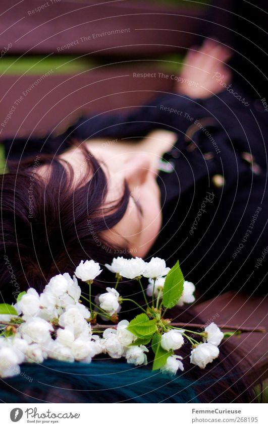 Dreaming of you ... Junge Frau Jugendliche Erwachsene 1 Mensch 18-30 Jahre Duft Einsamkeit Erholung Parkbank liegen ausruhend nachdenklich träumen verträumt