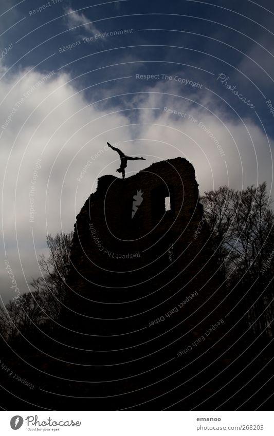 Turmherrin Freiheit Mensch Frau Erwachsene Jugendliche 1 Himmel Wetter Burg oder Schloss Ruine Denkmal stehen dunkel hoch schwarz Handstand Gleichgewicht