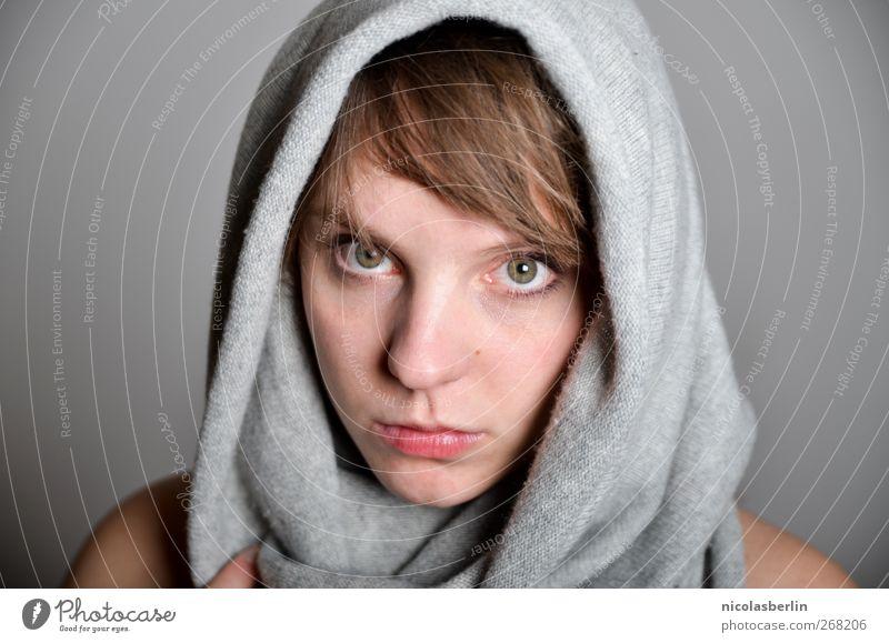 Montags Portrait 21 - Guck mich an! schön Gesicht Mensch feminin Junge Frau Jugendliche Erwachsene Leben 18-30 Jahre Stoff Kopftuch brünett blond Pony Denken