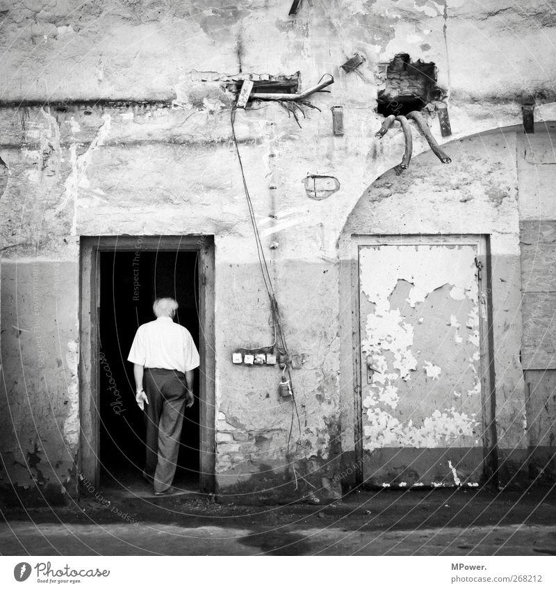 der eintritt vor dem austritt Mensch Mann alt schwarz Haus Tod Leben Senior gehen maskulin kaputt Autotür 60 und älter Stahlkabel Männlicher Senior Eingang
