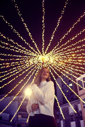 Junge Frau genießt Weihnachtsbeleuchtung in Vigo Lifestyle kaufen Freude Leben Freizeit & Hobby Weihnachtsdekoration Weihnachten & Advent Glühbirne feminin