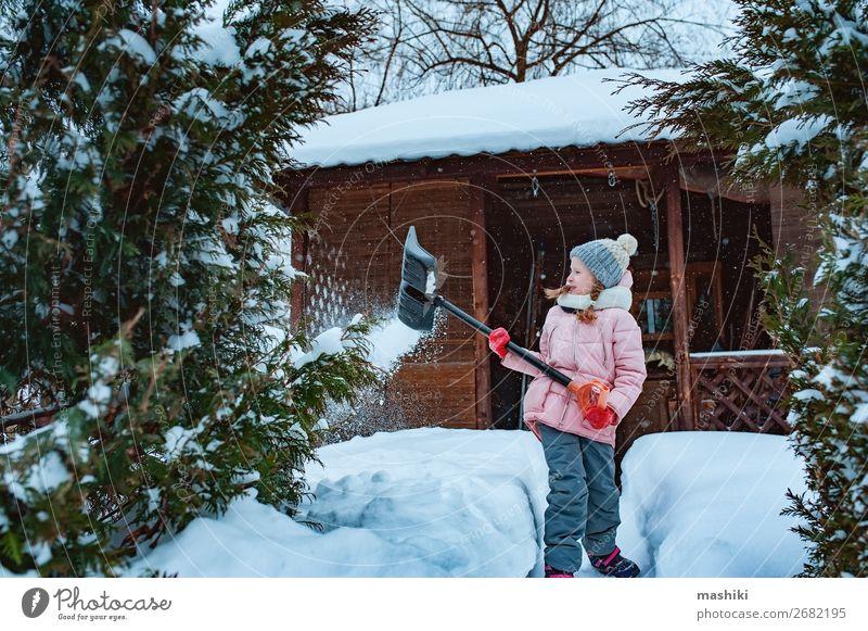 Kind Mädchen hilft, den Weg vom Schnee zu reinigen mit Schaufel Spielen Winter Haus Garten Werkzeug Wetter Unwetter Schneefall Fröhlichkeit Sauberkeit kalt