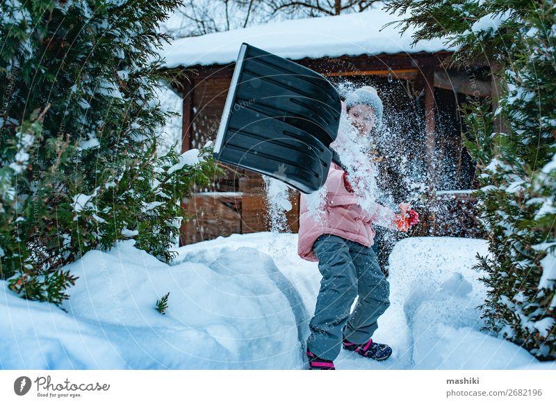 Kind Mädchen, das hilft, den Weg mit einer Schaufel vom Schnee zu reinigen. Spielen Winter Haus Garten Werkzeug Wetter Unwetter Schneefall Fröhlichkeit