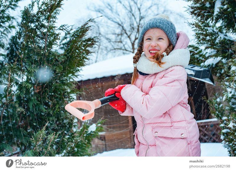Kind Mädchen hilft bei der Reinigung des Weges vom Schnee mit Showel Spielen Winter Haus Garten Arbeit & Erwerbstätigkeit Werkzeug Wetter Unwetter Schneefall