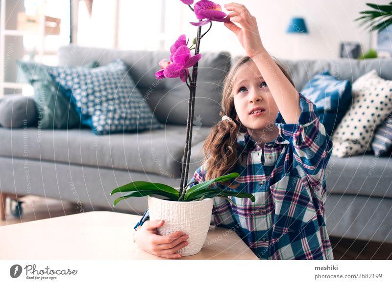 fröhliches Kind Mädchen mit Orchideenblume im Topf. Lifestyle exotisch schön Gartenarbeit Pflanze Blume Blatt Wachstum klein rosa rein fürsorglich Zimmerpflanze