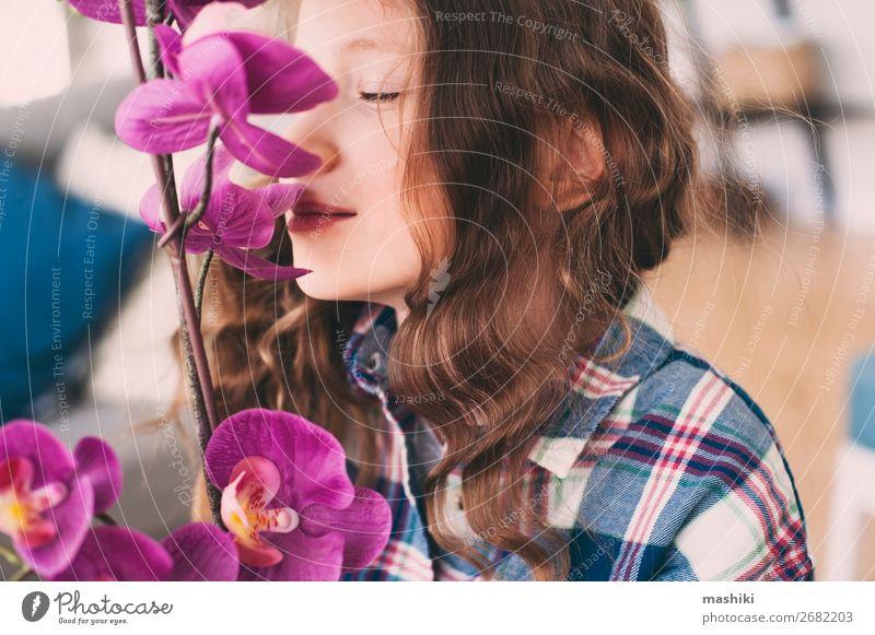verträumt lächelndes Kind Mädchen riecht Orchideenblüten Lifestyle exotisch schön Allergie Gartenarbeit Pflanze Blume Blatt Wachstum klein rosa rein Geruch