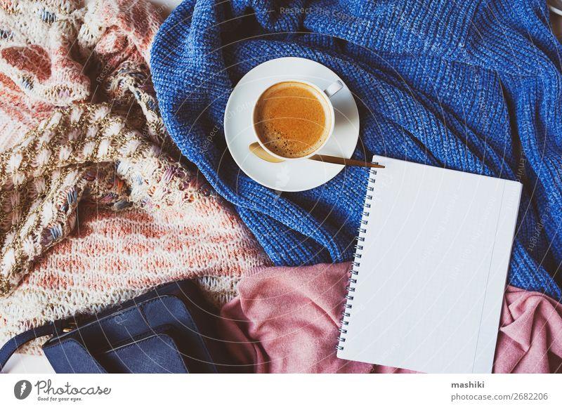 Einkaufsliste für den Winterverkauf mit Tasse Kaffee Lifestyle kaufen elegant Design Tisch Herbst Mode Pullover Sammlung weich Geborgenheit Sale Top