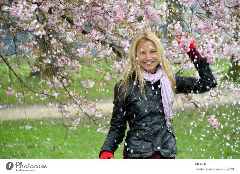 Schnee Mensch feminin Frau Erwachsene 1 18-30 Jahre Jugendliche Natur Frühling Baum Blatt Blüte Garten Park blond langhaarig Lächeln lachen Gefühle Stimmung