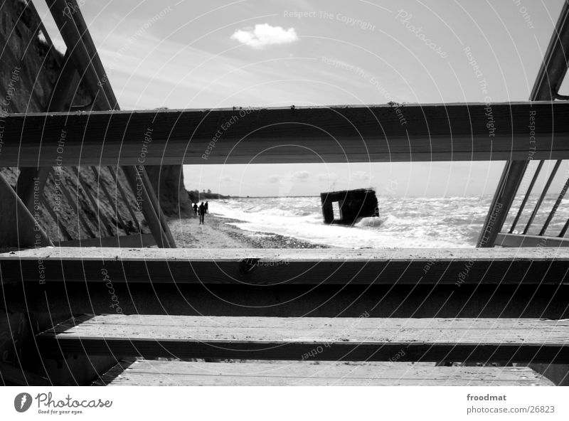 Bunkerdurchblick Meer Durchblick Wolken Strand Wellen Gischt Stimmung Geometrie Klippe Küste dunkel obskur Ostsee Treppe Schwarzweißfoto Sand abwärts froodmat
