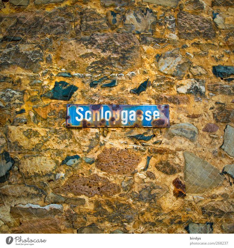 Schloßgasse Stadt alt blau gelb Wand Wege & Pfade Mauer Stein braun Schilder & Markierungen authentisch Schriftzeichen Hinweisschild Vergänglichkeit Wandel & Veränderung Rost