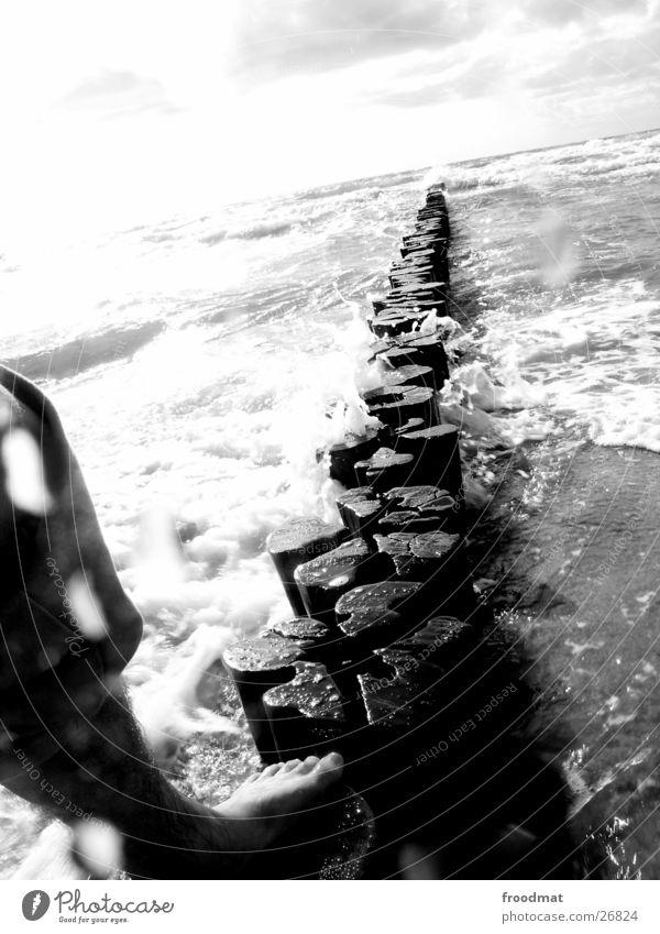 Gleichgewichtstrainingseinheit Himmel Wasser weiß Meer Strand Wolken schwarz Holz Wege & Pfade Sand Fuß hell Linie Horizont Wellen Zufriedenheit