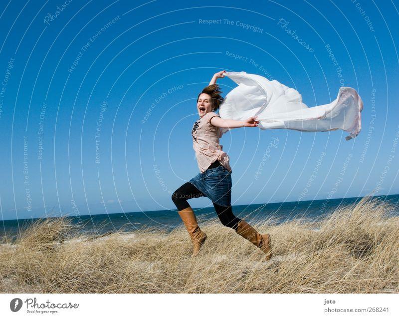 frei wie der wind wenn er weht Junge Frau Jugendliche Tanzen Horizont Sommer Meer Bewegung fliegen genießen lachen laufen springen leuchten träumen Glück