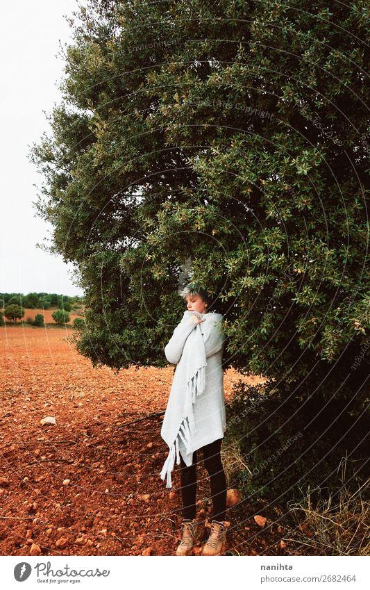Frau allein in der Natur an einem kalten Herbsttag Lifestyle Stil schön Wellness Leben Sinnesorgane ruhig Ferien & Urlaub & Reisen Abenteuer Freiheit Winter