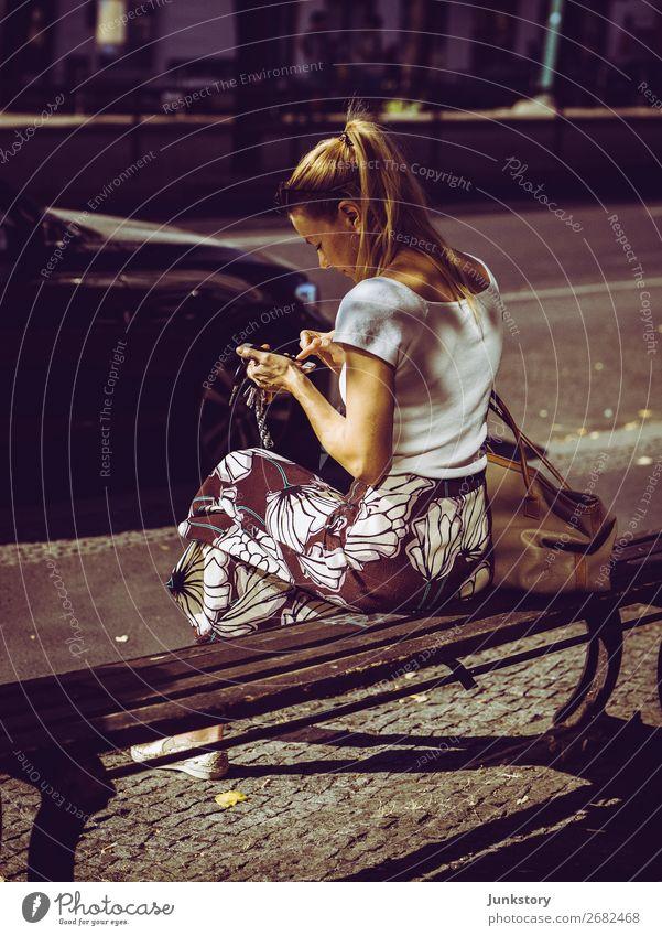Sitting in the sun Stil Mensch feminin Frau Erwachsene 1 30-45 Jahre Berlin-Mitte T-Shirt Rock blond lesen schreiben sitzen Stadt Zufriedenheit elegant Erholung