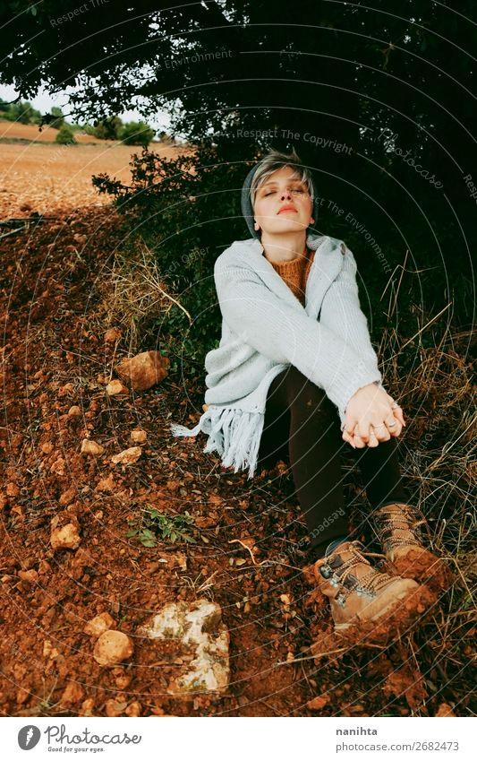 Mittelalterliche Frau allein in der Natur an einem kalten Herbsttag Lifestyle Stil schön Haare & Frisuren Wellness Leben Sinnesorgane ruhig