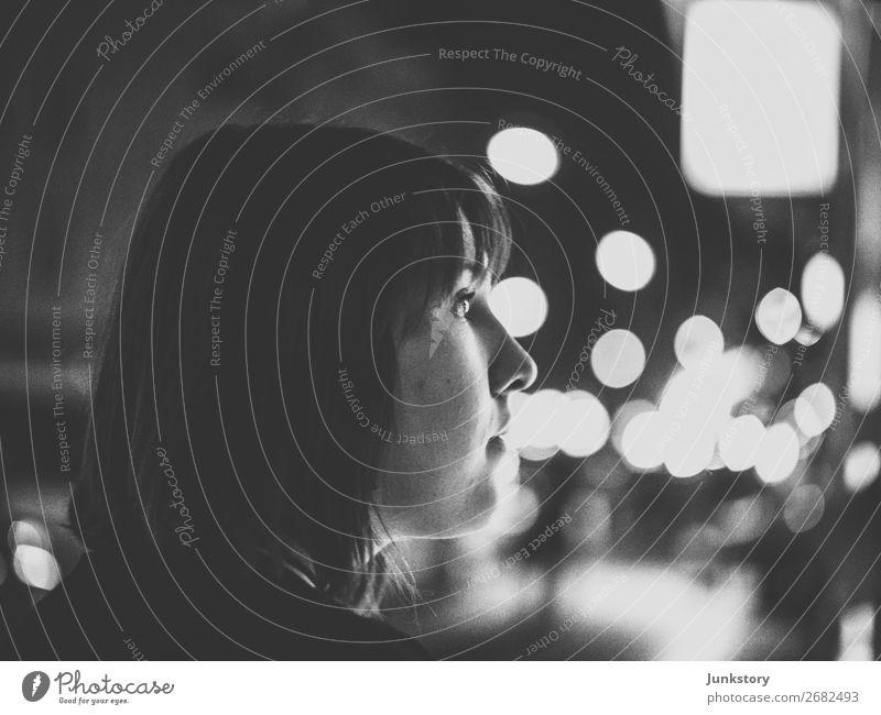 Lights and L. Mensch feminin Junge Frau Jugendliche 1 18-30 Jahre Erwachsene Berlin Hauptstadt Fußgänger langhaarig beobachten Blick authentisch dunkel Stadt