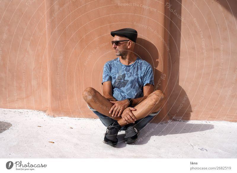 Schneidersitz Mensch maskulin Mann Erwachsene Leben 1 60 und älter Senior Mauer Wand Fassade Wege & Pfade beobachten Blick sitzen einfach Zufriedenheit