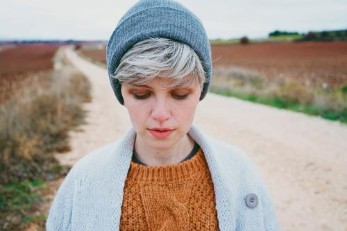 Frau Mensch Jugendliche Junge Frau Landschaft Wolken Einsamkeit Winter Gesicht Lifestyle Erwachsene Leben Herbst natürlich Traurigkeit Wege & Pfade