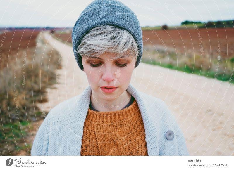Frau mit kurzen und grauen Haaren allein im Freien. Lifestyle Stil Haut Gesicht Leben Abenteuer Winter Mensch feminin Junge Frau Jugendliche Erwachsene 1
