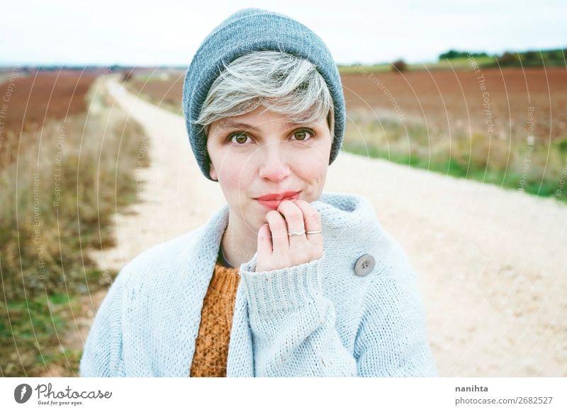 Frau mit kurzem und grauem Haar allein auf einem Weg. Lifestyle Stil Haare & Frisuren Haut Gesicht Wellness Leben Wohlgefühl Abenteuer Ferne Winter Mensch