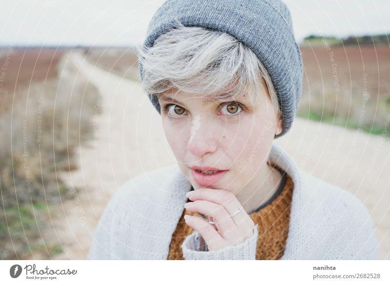Frau mit kurzem und grauem Haar Lifestyle Stil Haare & Frisuren Haut Gesicht Leben Abenteuer Winter Mensch feminin androgyn Erwachsene Jugendliche 1 18-30 Jahre