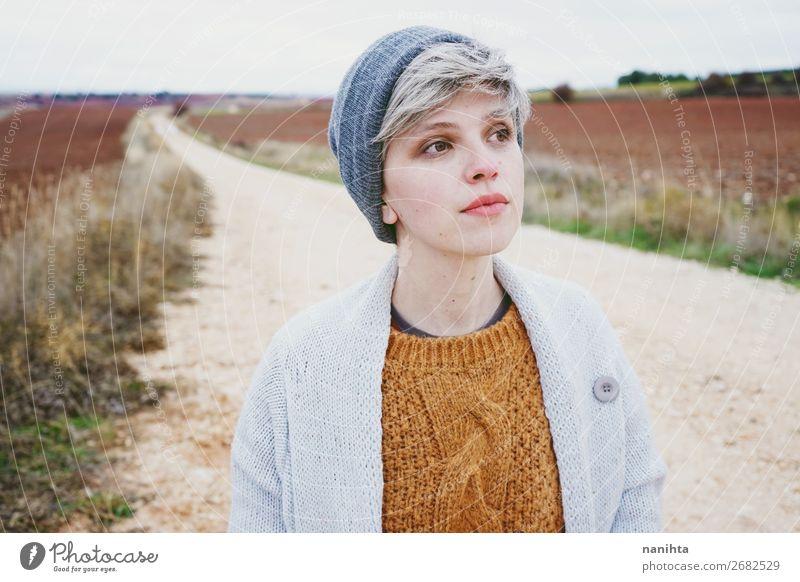 Frau Mensch Jugendliche Landschaft Wolken Einsamkeit Winter Ferne 18-30 Jahre Gesicht Lifestyle Erwachsene Leben Herbst natürlich Wege & Pfade
