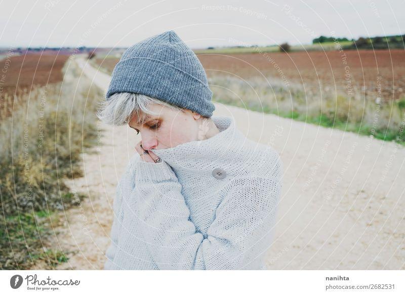 Frau Mensch Jugendliche Junge Frau Landschaft Erholung Wolken Einsamkeit ruhig Winter Ferne 18-30 Jahre Gesicht Lifestyle Erwachsene Herbst