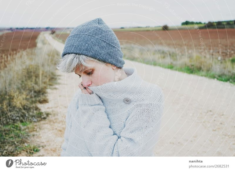 Frau mit kurzen und grauen Haaren auf einem Weg Lifestyle Stil Haare & Frisuren Haut Gesicht Sinnesorgane Erholung ruhig Abenteuer Ferne Winter Mensch feminin