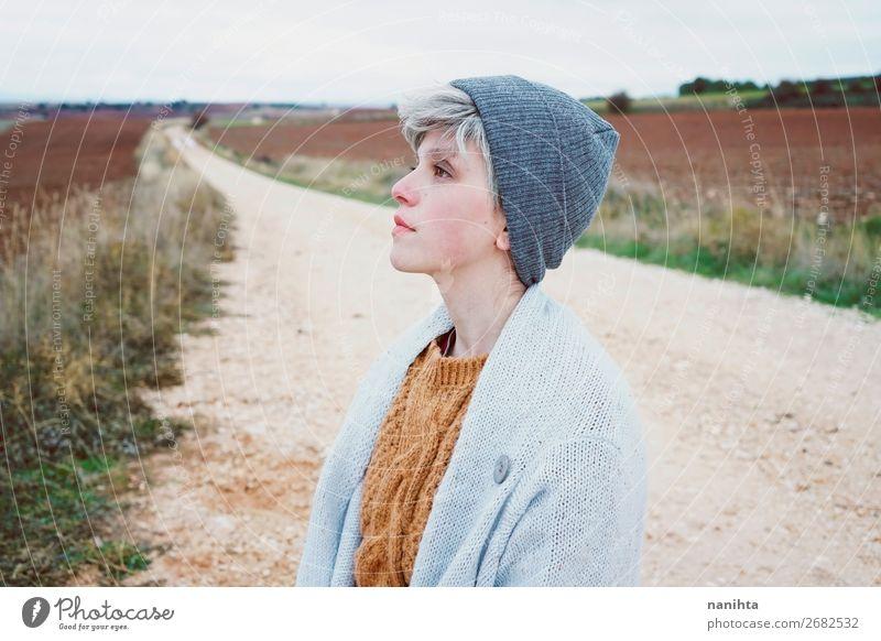Frau mit kurzem und grauem Haar ist allein auf einem Weg. Lifestyle Stil Haut Gesicht Wellness Leben Wohlgefühl Sinnesorgane Erholung Abenteuer Ferne Freiheit