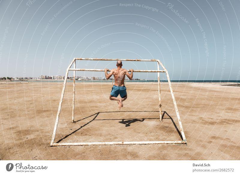 Klimmzug Mensch Mann Sommer Meer Strand Gesundheit Erwachsene Sport Bewegung maskulin Körper Rücken Fitness sportlich stark Sport-Training