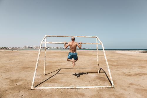 Klimmzug sportlich Fitness Sommer Strand Meer Sport Sport-Training Krafttraining maskulin Mann Erwachsene Körper Rücken 1 Mensch 30-45 Jahre Glatze Bewegung