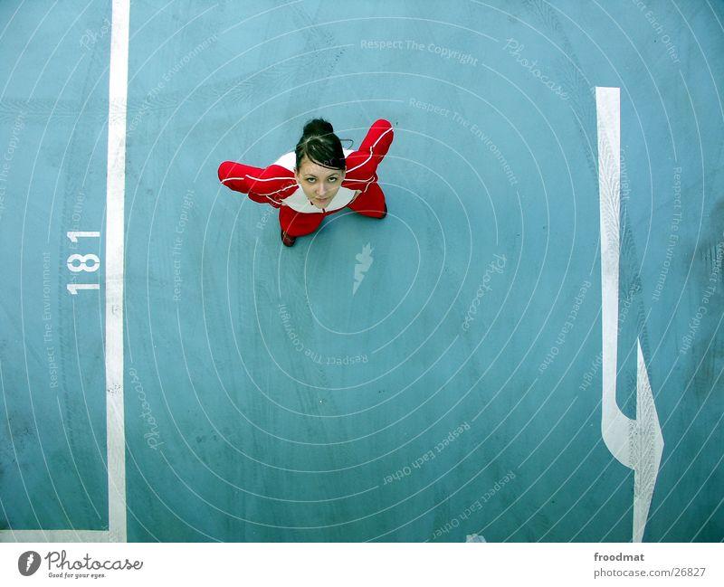 181 - Pfeil und von oben Frau Jugendliche blau weiß schön rot Lebenslauf Haare & Frisuren klein Stil Linie Rücken Spuren hoch Beton Verkehr