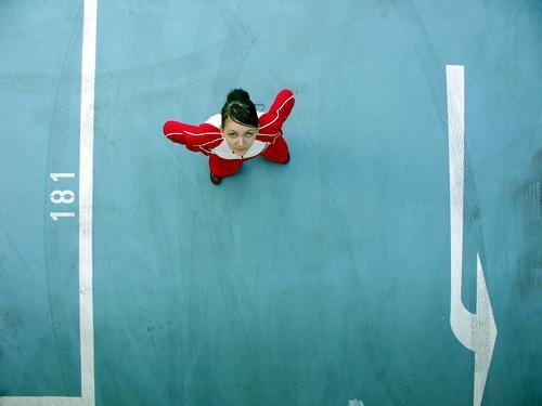 181 - Pfeil und von oben Vogelperspektive Reifenspuren Parkhaus Stil Haare & Frisuren parken sehr wenige Typographie rot Trainer Ameise Blick Untergebener schön