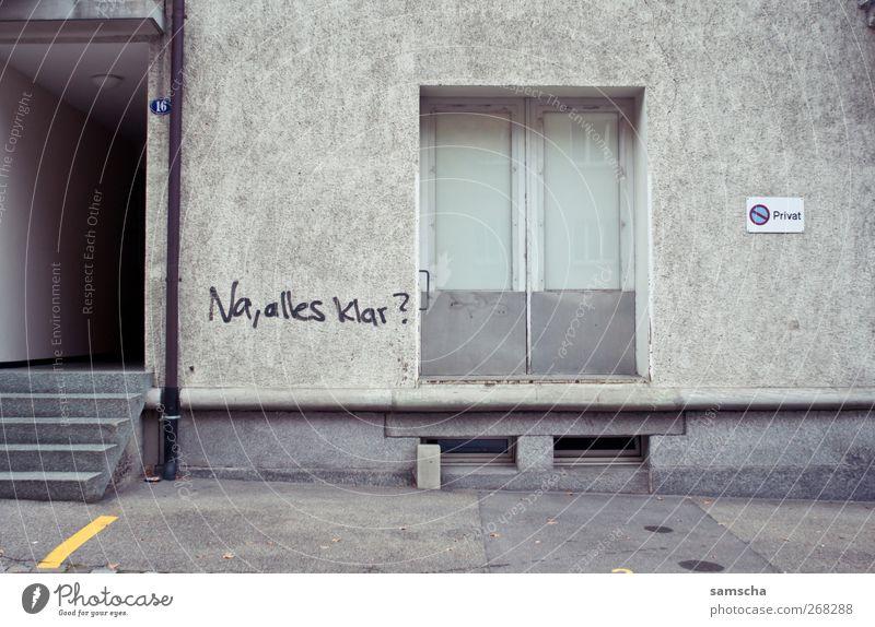Na, alles klar? Stadt Haus Wand Graffiti grau Mauer Tür Fassade dreckig Treppe Schilder & Markierungen Schriftzeichen Eingang Stadtzentrum Parkplatz hässlich