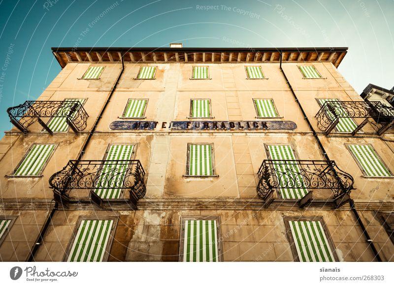 bodenlose Haus Ruine Gebäude Architektur Mauer Wand Fassade Balkon Fenster Dach Dachrinne alt Nostalgie Tourismus Menschenleer Hotel gestreift Furkapass
