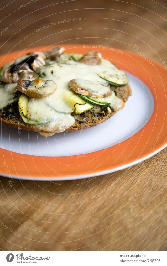 basilikum fladenbrot mit zucchini und champignons überbacken Lebensmittel Käse Salat Salatbeilage Teigwaren Backwaren Brot Kräuter & Gewürze Öl Champignons