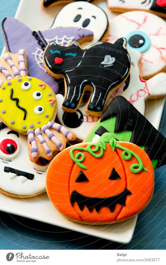 Halloween-Kekse mit verschiedenen Formen Dessert Teller Freude Gesicht Dekoration & Verzierung Tisch Feste & Feiern Herbst Katze Spinne Holz gruselig lecker