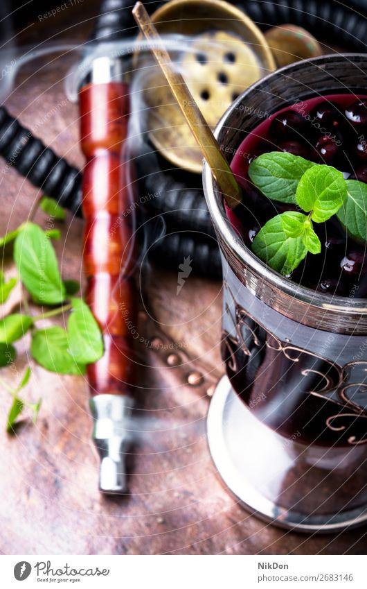 Wasserpfeife mit Alkoholcocktail Tabak Wasserpfeifenrauch Cocktail Glas Gießen Mode ruhen Bar Rauch shisha Erholung Osten arabisch Röhren Türkisch räkeln