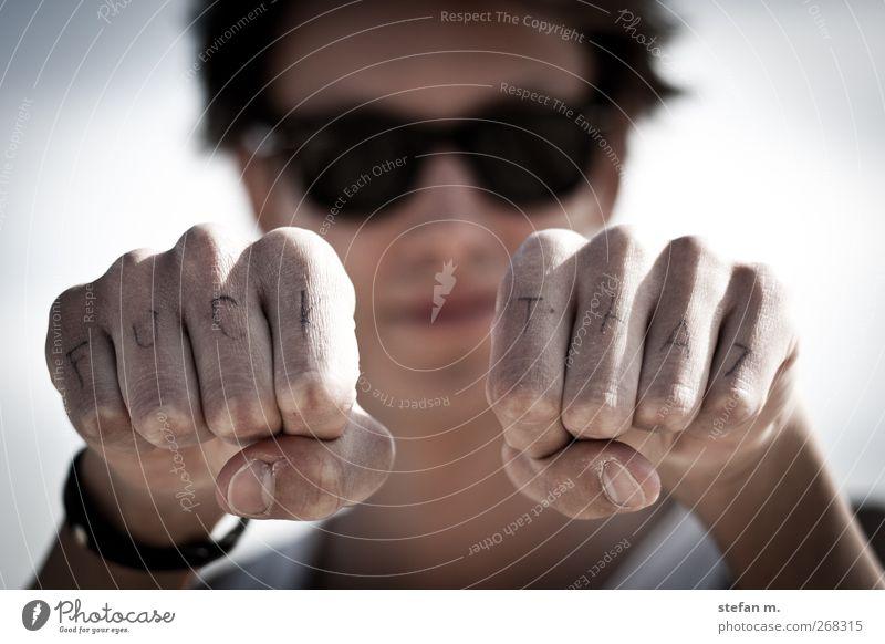 fuck | that Mensch Jugendliche Hand Erwachsene Gefühle Kraft wild maskulin Finger 18-30 Jahre Coolness Junger Mann Schönes Wetter Seeufer Wut Gewalt